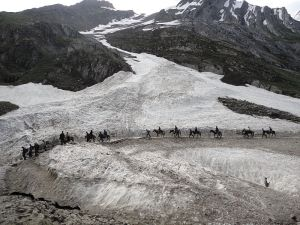 800px-Pilgrims_Riding_on_Ponies_on_the_way_to_Amarnath